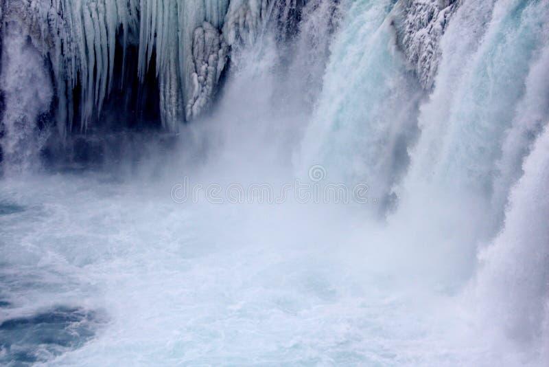 Inverno na cachoeira de Godafoss em Islândia com sincelos fotografia de stock