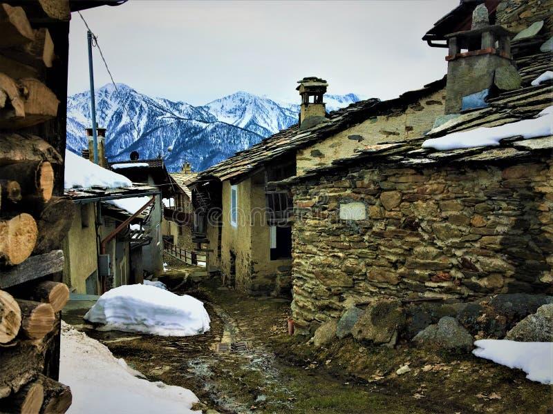 inverno, neve, trajeto, madeira, cidade e montanhas fotografia de stock royalty free