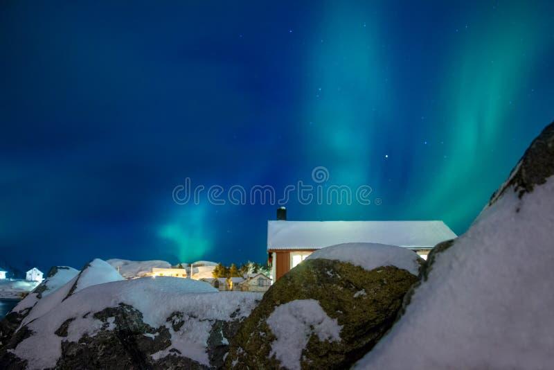 Inverno Norvegia Aurora boreale sopra Hamnoy immagine stock