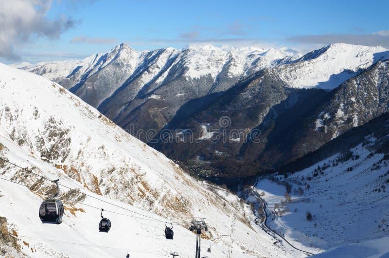 Inverno Pirenei con un ascensore della gondola immagini stock libere da diritti