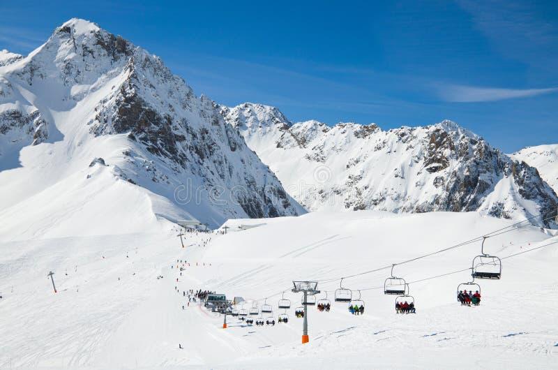 Inverno Pirenei con un ascensore di sci fotografia stock