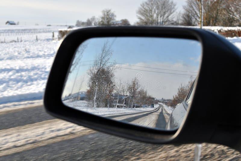 Inverno que conduz na neve fotografia de stock