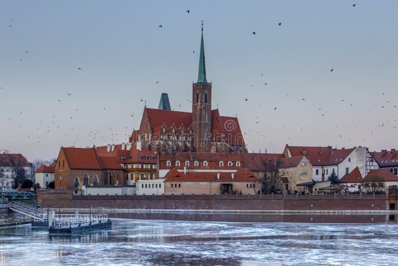 inverno que nivela sobre o gelo congelado Odra, vista de Ostrow Tumski - Wroclaw, Polônia fotos de stock royalty free