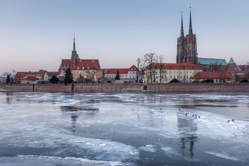 inverno que nivela sobre o gelo congelado Odra, vista de Ostrow Tumski - Wroclaw, Polônia fotografia de stock royalty free