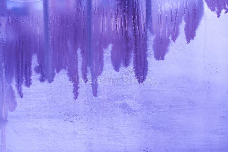 inverno roxo surreal o vidro de janela congelado com vertical derreteu faixas e espaço da cópia imagem de stock royalty free