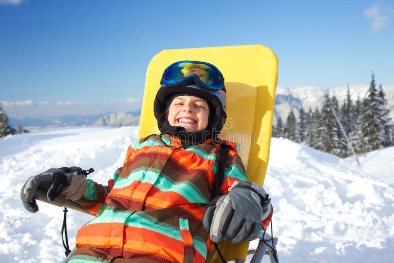 Inverno, sci, sole e divertimento. immagini stock