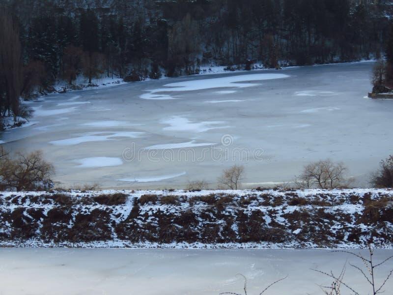 Inverno severo Lago congelato, stagno, fiume Alberi sfrondati Previsioni del tempo di congelamento tristi di inverno fotografia stock