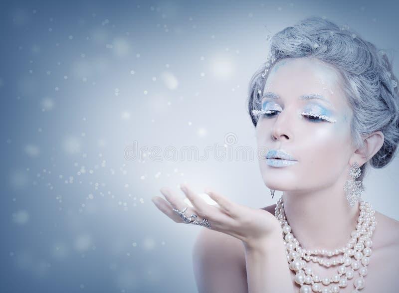 inverno Snow Queen modelo Neve de sopro da mulher imagem de stock royalty free
