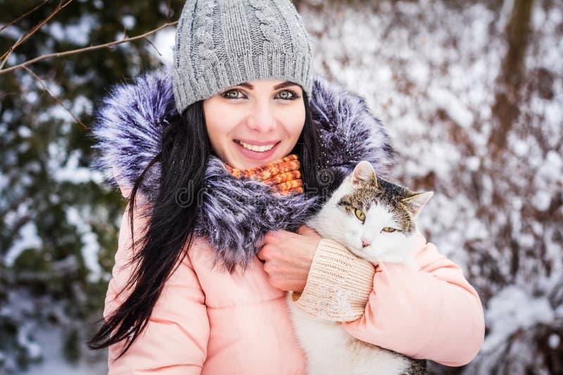 Inverno Sorrisos capless morenos da menina no fundo da neve fotografia de stock royalty free