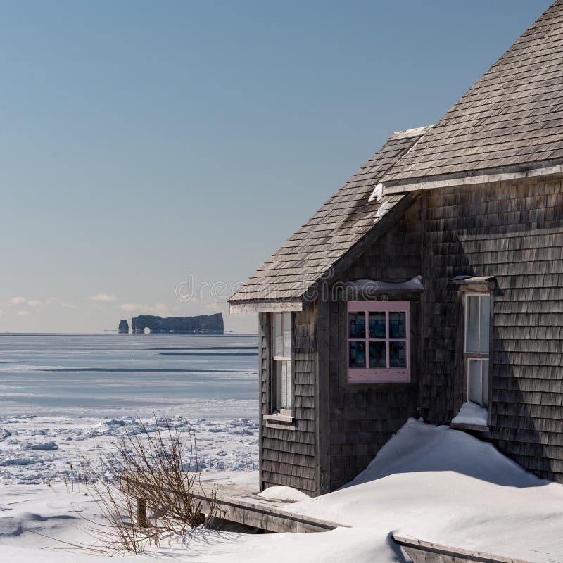 Inverno sparato di una baracca costiera variopinta e rustica fotografia stock