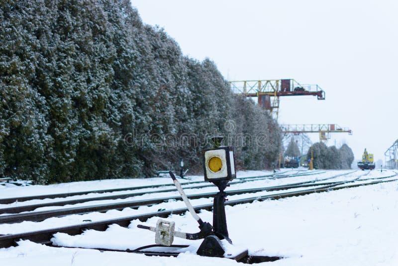 Inverno Stazione ferroviaria britannica Scambista della ferrovia immagine stock libera da diritti