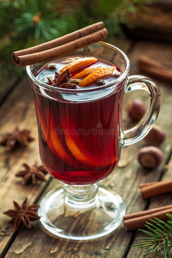 inverno temperado quente tradicional ferventado com especiarias do álcool do vinho imagem de stock royalty free