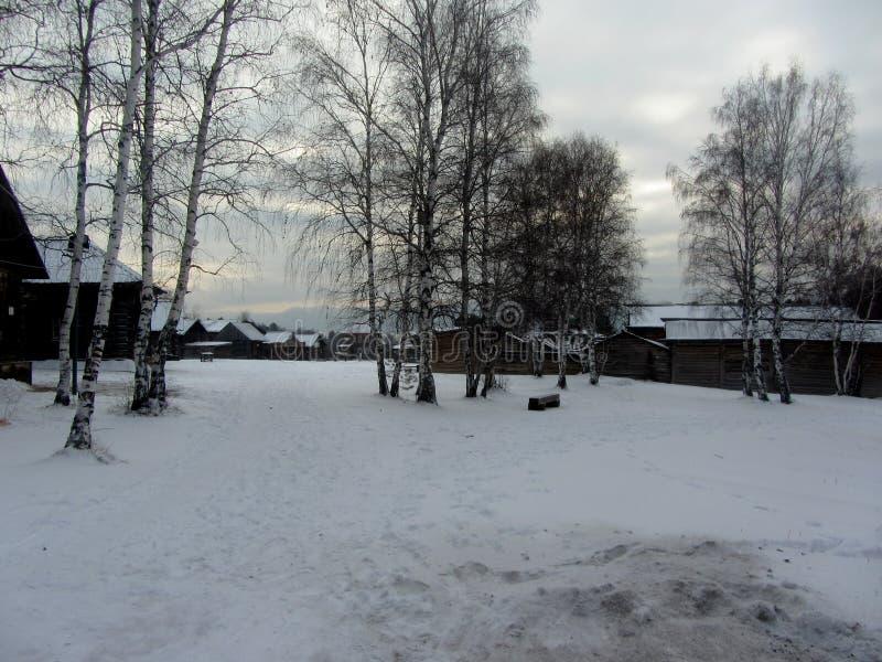 Inverno in un villaggio fotografie stock