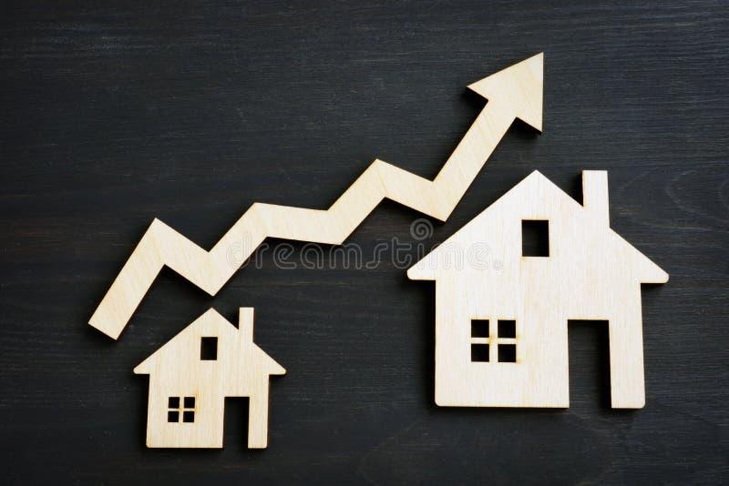 Inversión de la propiedad Modelos de la casa y de la flecha fotografía de archivo