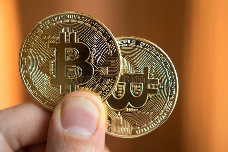 Inversión disponible de dos bitcoins, cambio del curso, subida, disminución, foto de archivo