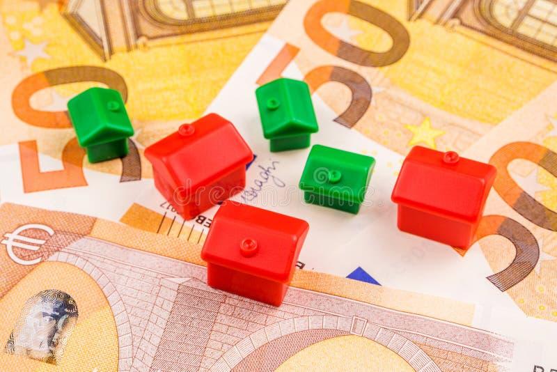 Inversión empresarial de propiedades inmobiliarias con nuevos 50 euros como backgroun imagen de archivo