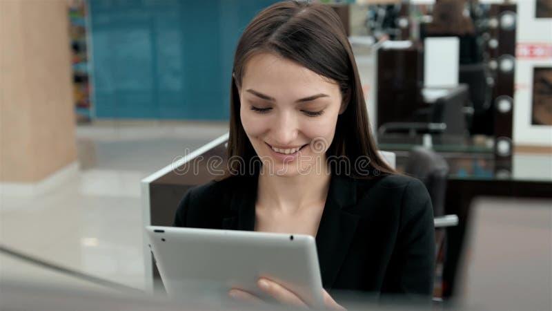 Inversión femenina del turismo del viajero de la ciudad de la tecnología de la tableta del negocio, mujer árabe en consultor mode imagen de archivo libre de regalías