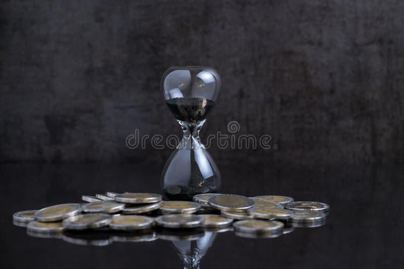 Inversión a largo plazo o tiempo financiero que cuenta abajo del concepto, sa imagen de archivo libre de regalías