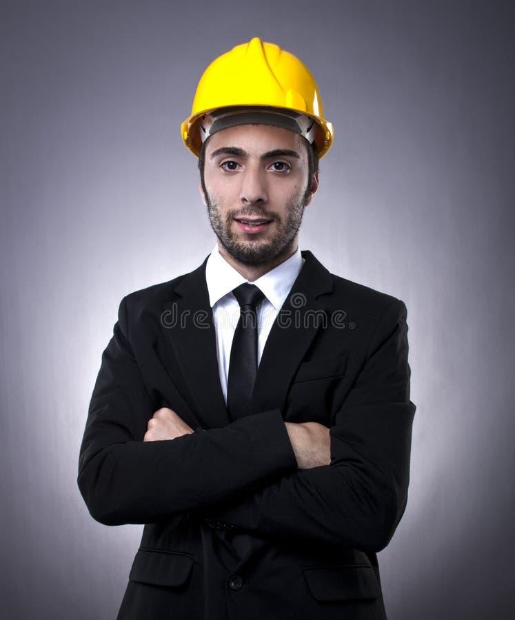 Inversionista joven con el casco de la construcción foto de archivo