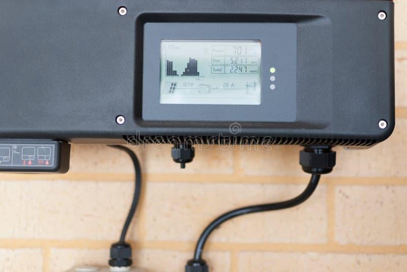 Inversor fotovoltaico instalado en un hogar foto de archivo libre de regalías