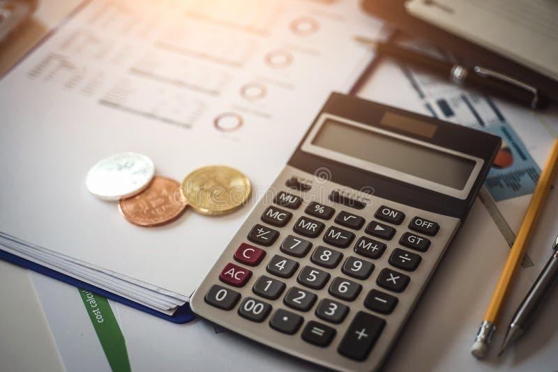 Inversores de los cryptocurrencies que consideran de bitcoins con los documentos y calculadora en fondo foto de archivo libre de regalías