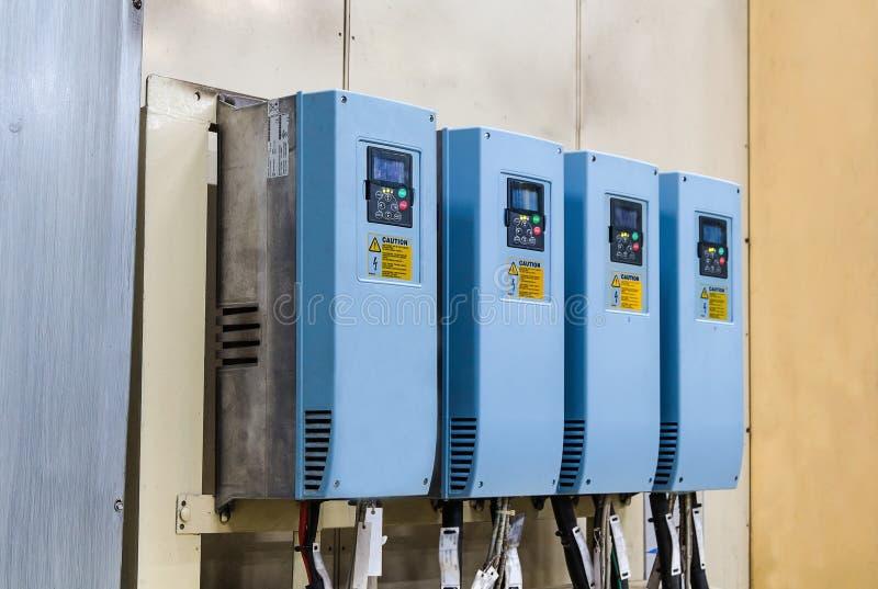 Inversores industriales de la electricidad en una fábrica fotos de archivo