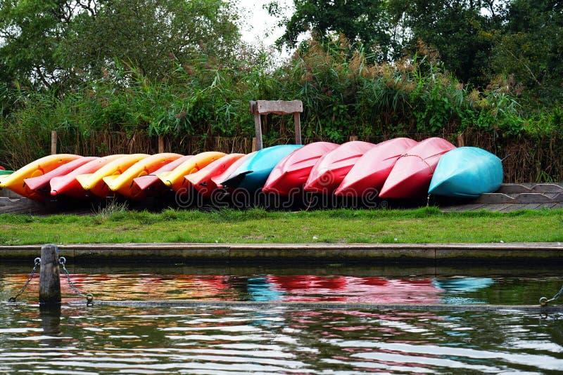 Inverterade kanotfartyg arkivfoto