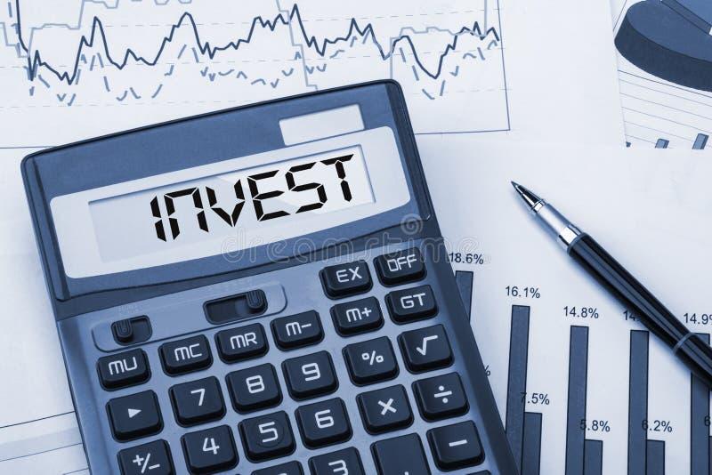 Investeer getoond op calculator stock foto