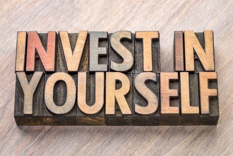 Investeer in zich woordsamenvatting in houten type stock foto's