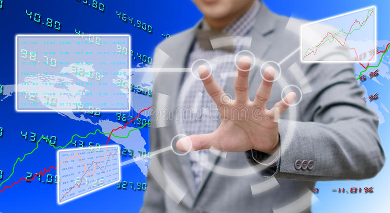 Investeerder die gegevens met de computer van het aanrakingsscherm analyseren royalty-vrije stock afbeeldingen
