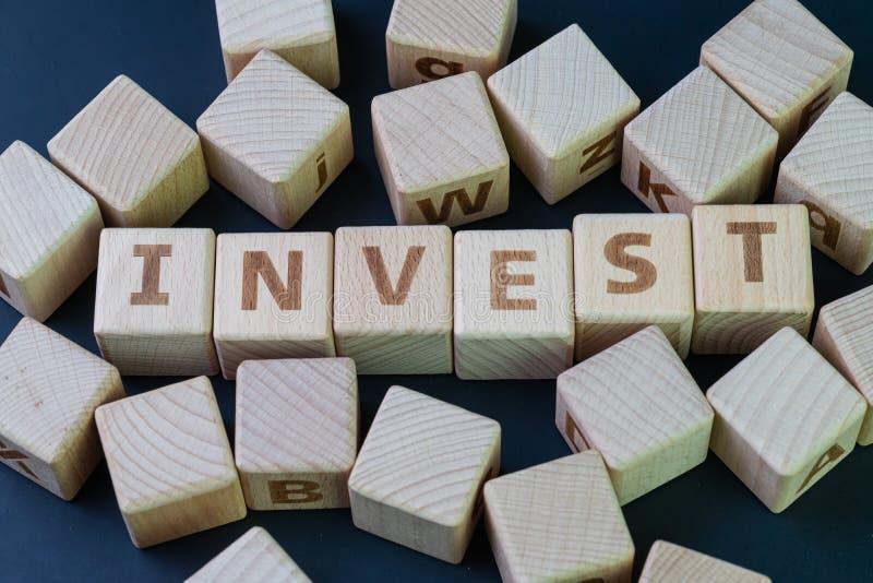 Investera det finansiella uttrycket för att tilldela pengar i förväntan av någon fördel i det framtida begreppet, kubträkvarter m arkivfoto