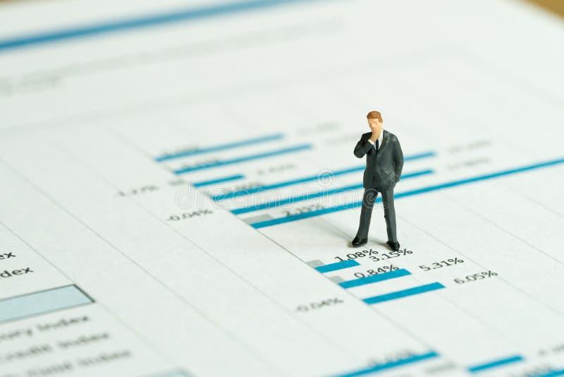 Investering, financieel de analyseconcept van het prestatiesrapport, minia stock foto