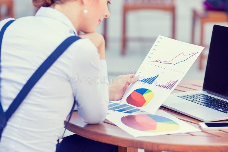 Investeringkonsulent som analyserar den årliga finansiella rapporten för företag arkivbild