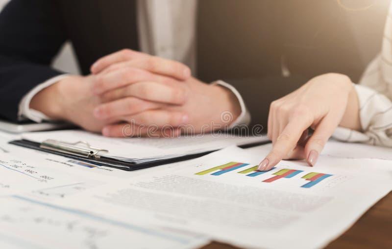 Investeringkonsulenter som diskuterar företagsjämvikt royaltyfri foto