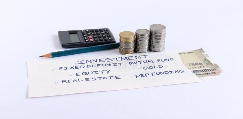 Investeringval som är handskrivna på baksida av ett kuvert arkivfoto