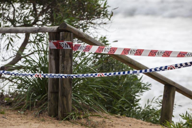 Investigação policial na praia perigosa fotografia de stock