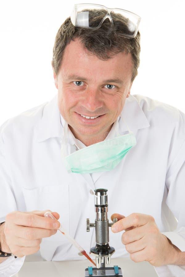 Investigación científica de realización del microscopio masculino del investigador imagen de archivo libre de regalías