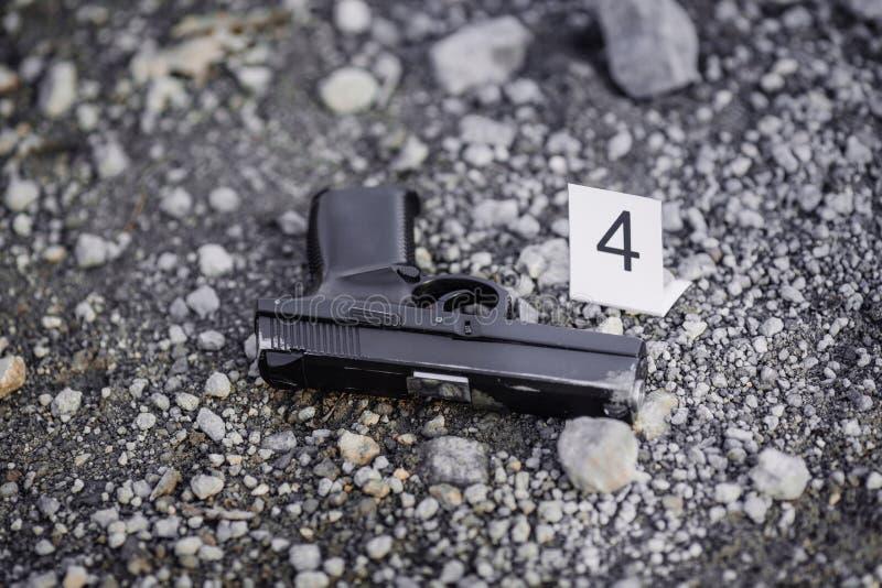Investigación de la escena del crimen - pruebas negras de la pistola imagen de archivo