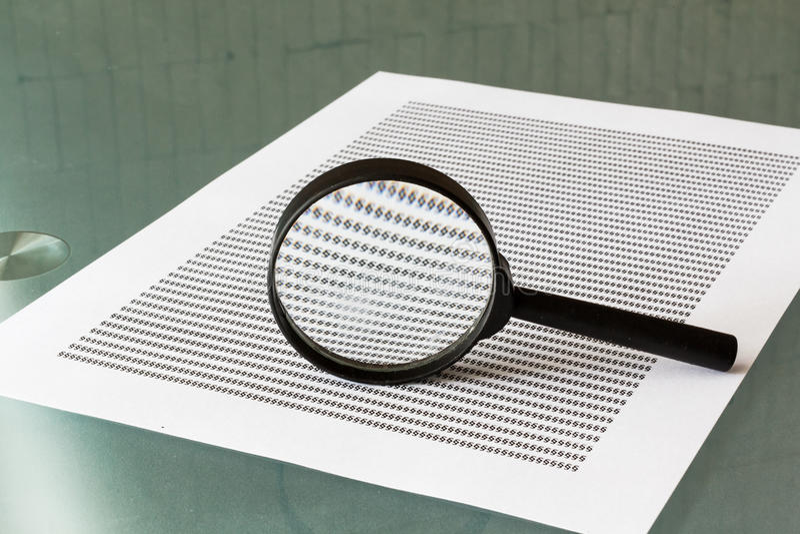 Investigación De La Ley, Lupa Con El Documento Foto de archivo ...