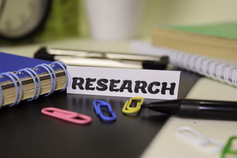 Investigación sobre el papel aislado en él escritorio Concepto del negocio y de la inspiraci?n imagen de archivo