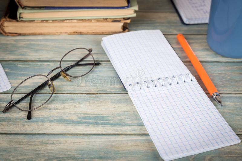 Investigación y concepto del estudio Página vacía del cuaderno en la tabla de madera imagen de archivo libre de regalías