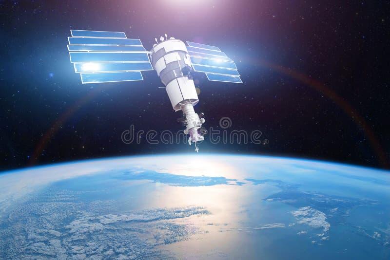 Investigaci?n, sondando, supervisi?n en de la atm?sfera Satélite en órbita sobre la superficie de la tierra del planeta, del sol  foto de archivo libre de regalías
