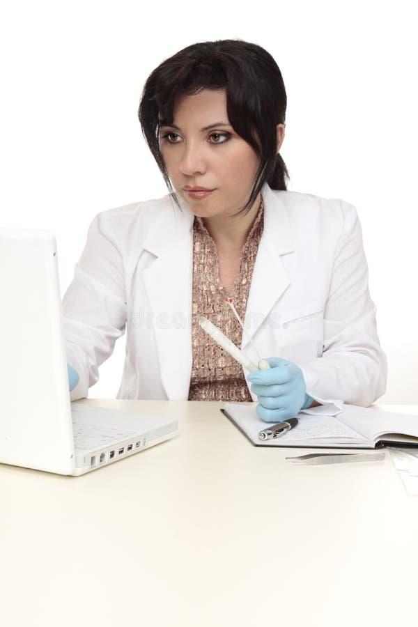 Investigador con la esponja de la evidencia fotografía de archivo libre de regalías