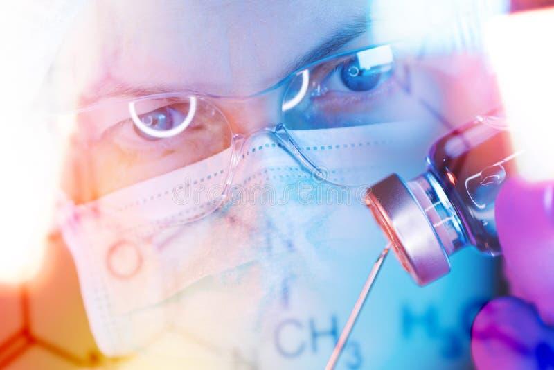 Investigador de la ciencia de la farmacología que trabaja en laboratorio fotografía de archivo libre de regalías