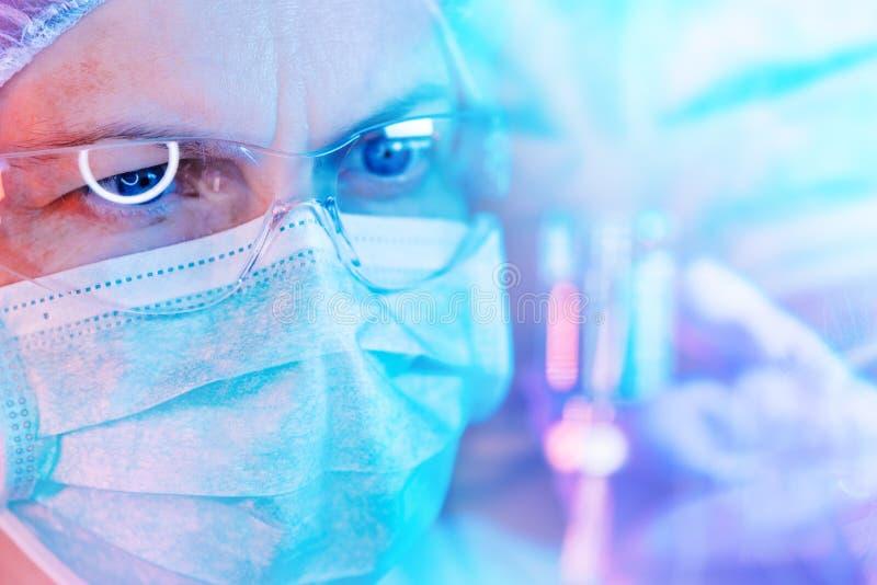 Investigador de la ciencia de la farmacología que trabaja en laboratorio fotos de archivo libres de regalías