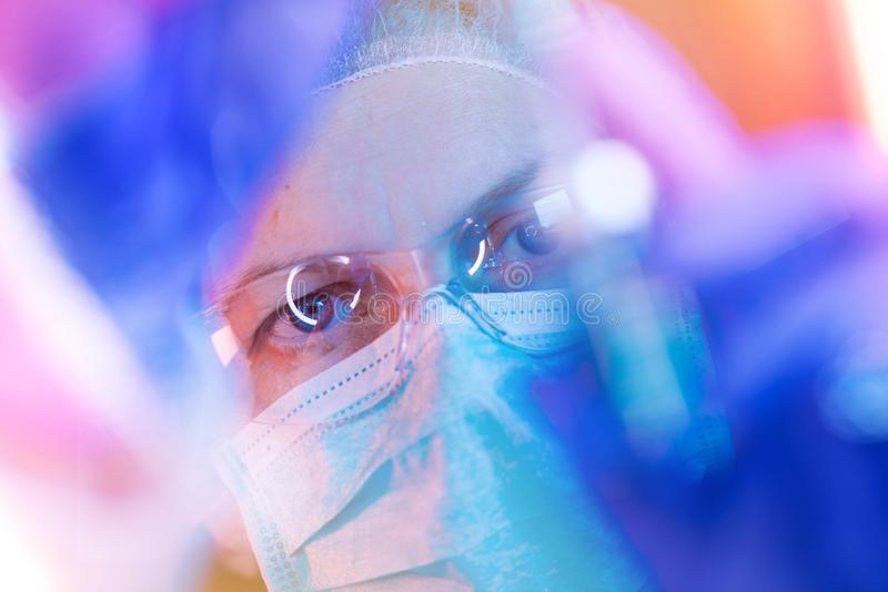 Investigador de la ciencia médica que realiza la prueba en laboratorio foto de archivo libre de regalías