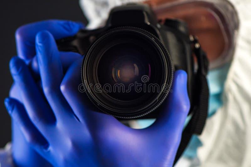 Investigador de la medecina legal de la escena del crimen con la cámara digital fotografía de archivo