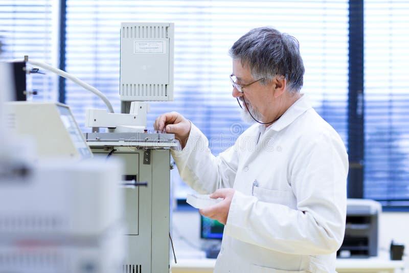 Investigador de sexo masculino mayor en un laboratorio imagenes de archivo