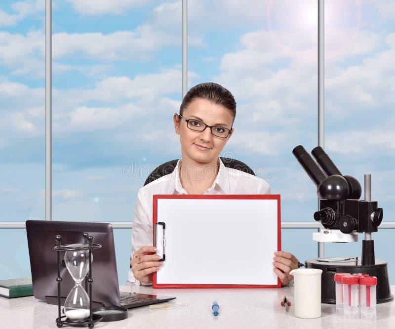 Investigador médico de sexo femenino con el tablero foto de archivo