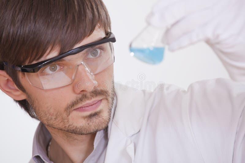 Investigador químico com garrafa foto de stock
